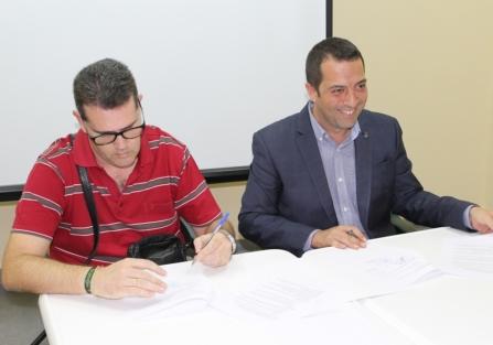 """El Ayuntamiento de Torrijos firma un convenio con el Club Natación """"El Cisne"""""""
