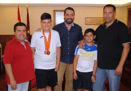 Mario Sánchez es recibido en el Ayuntamiento de Torrijos tras proclamarse Campeón de España de Tiro con Arco.